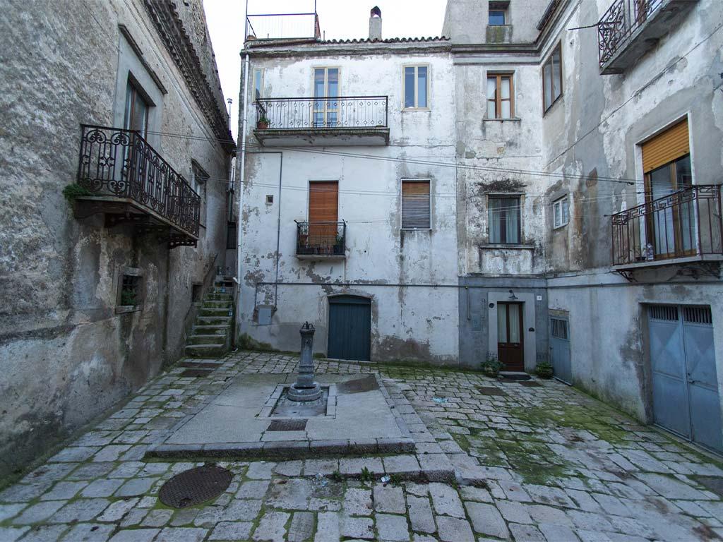 acerenza-2-lucana-film-commission-promozione-industria-cinema-audio-visivo-fiction-serie-tv-spot-documentari-basilicata